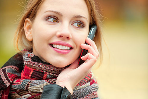 Femme souriante au téléphone